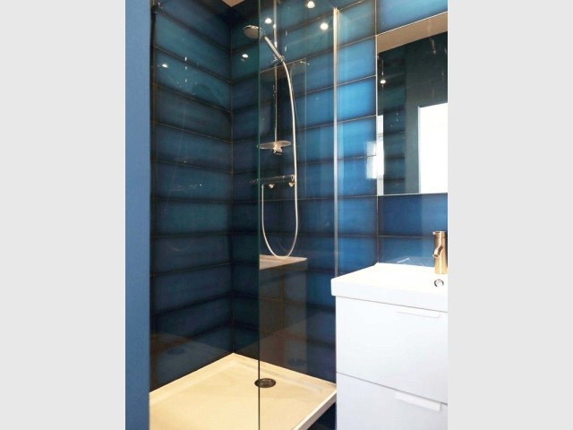 Une salle de bains haute en couleurs