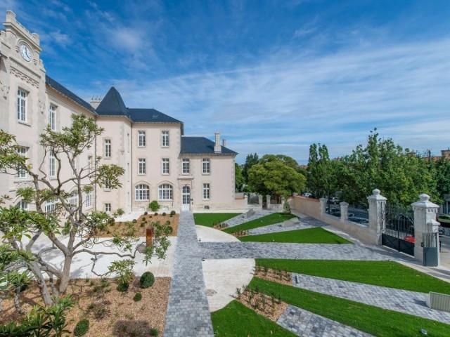 Un arbre à préserver lors de la rénovation - Le jardin du carré des lettres, à La Rochelle