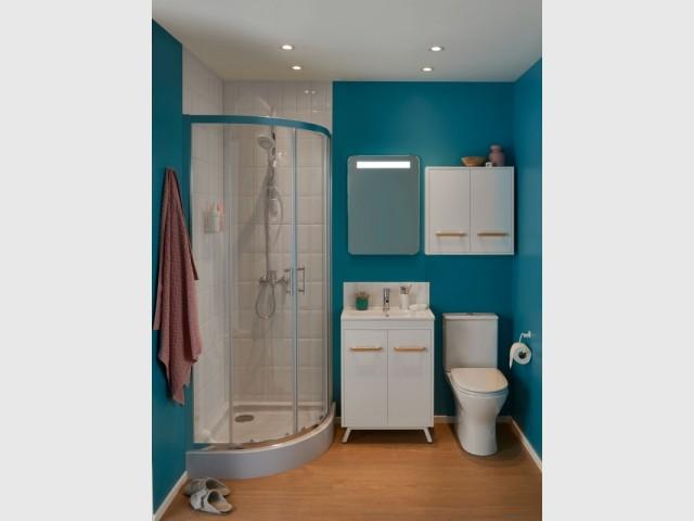 Une douche pour aménager l'angle d'une salle de bains