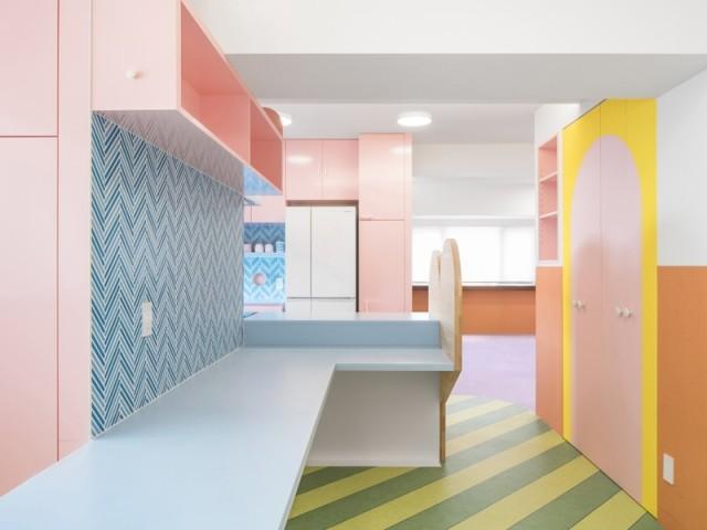 Une cuisine ouverte dynamisée par une explosion de couleurs