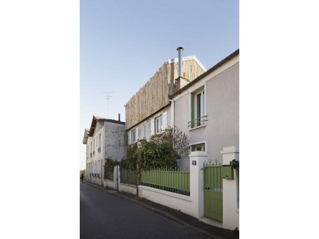 La façade de la maison, maintenant agrandie
