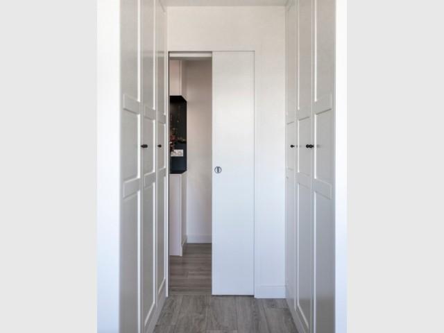 Un couloir qui accueille un dressing.
