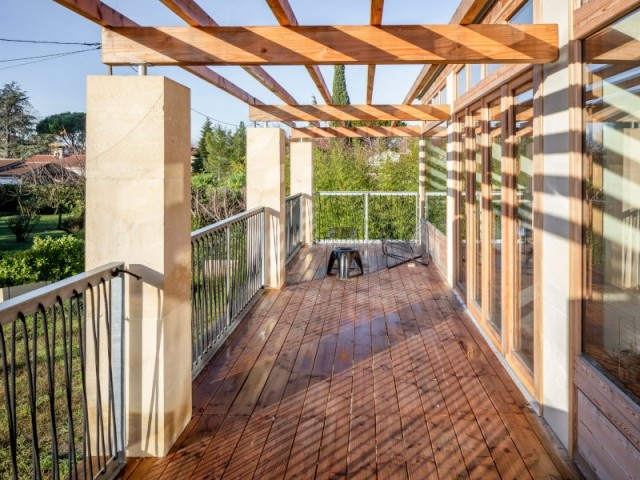 Une terrasse ouverte qui sert de source de chaleur
