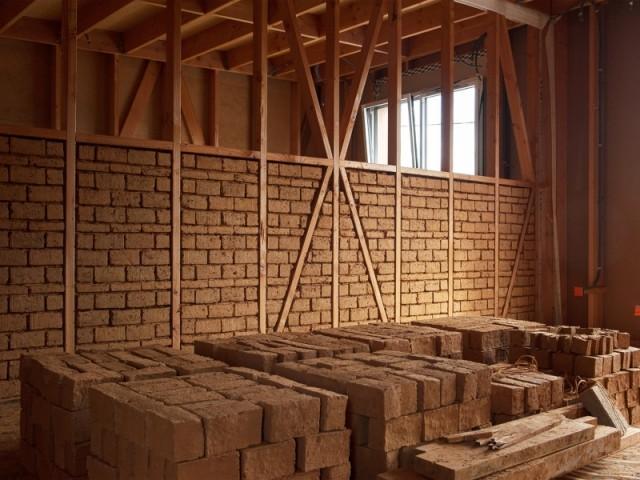 Des briques de terre crue pour les murs intérieurs