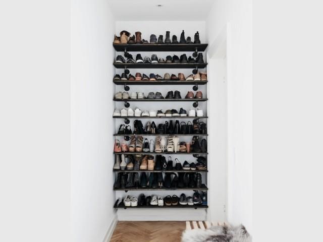 Ranger ses chaussures sur des étagères dans une alcôve