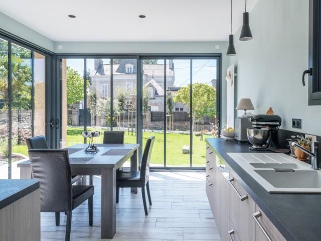 De grandes baies vitrées pour une cuisine lumineuse