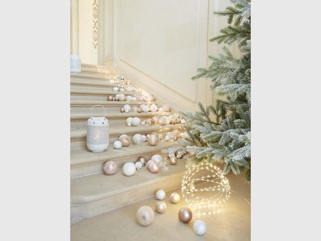 Une cascade de lumière dans l'escalier