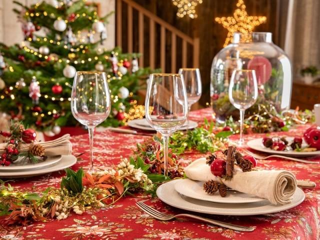 Une table de fêtes traditionnelle en rouge et vert
