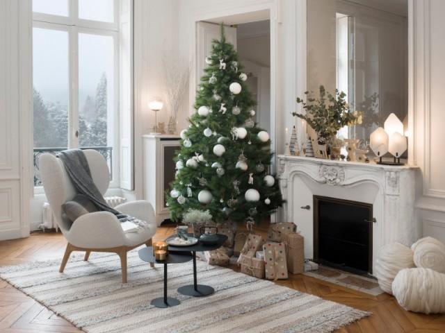 Un sapin tout de blanc vêtu pour un Noël tendre