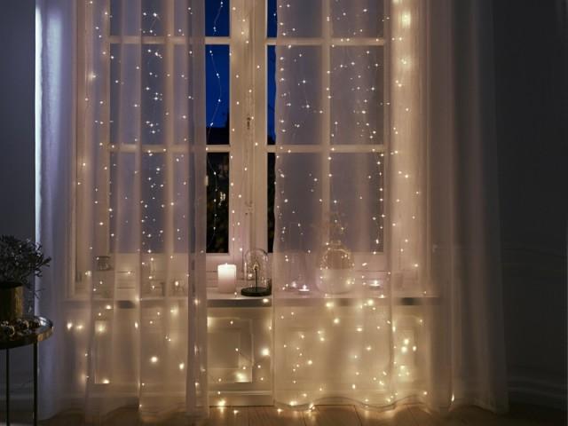Un rideau de lumière à la fenêtre