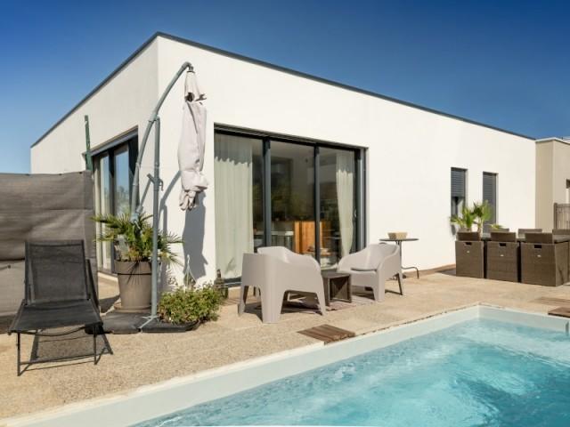 Côté piscine, une maison conviviale et moderne