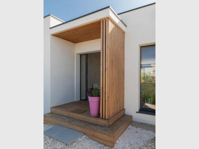 Un porche contemporain habillé de bois