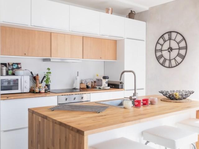 Une cuisine ouverte et lumineuse