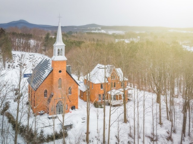 Une église transformée en une étonnante résidence familiale