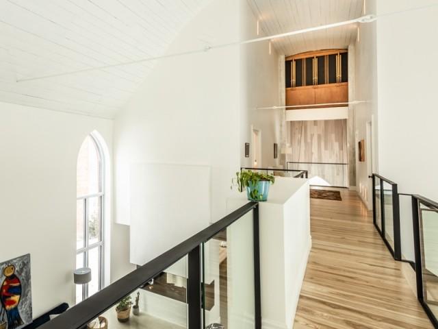 L'orgue de l'église mis en scène à l'étage