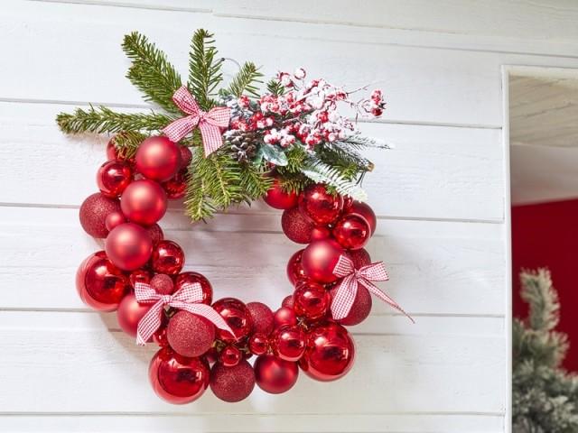 Une couronne de Noël avec des boules