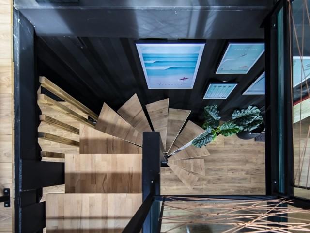 Un escalier en bois très aérien