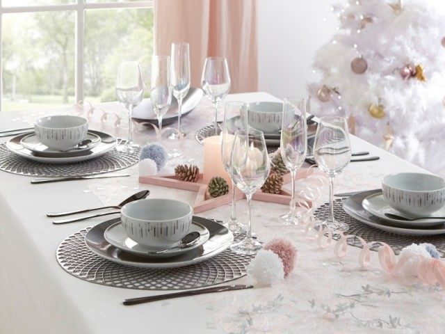 Une étoile rose et des pommes de pin en centre de table