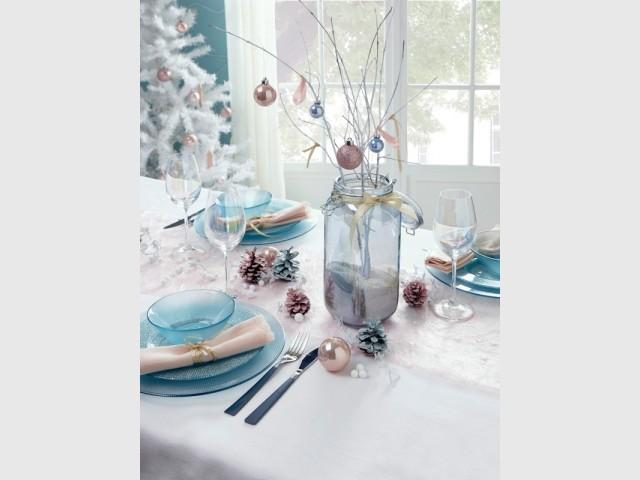 Un bocal bleu et des branches pour un centre de table vaporeux