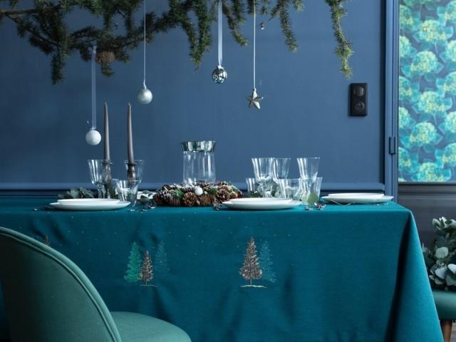 Couronne de pommes de pin et vase en verre en centre de table