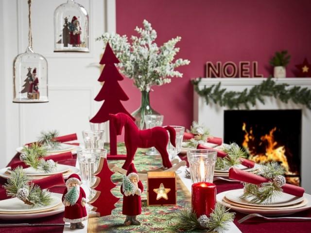 Objets rouges et chemin de table vert pour la table de Noël