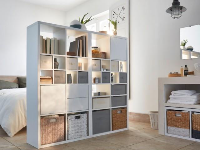 Une bibliothèque pour séparer chambre et salle de bains