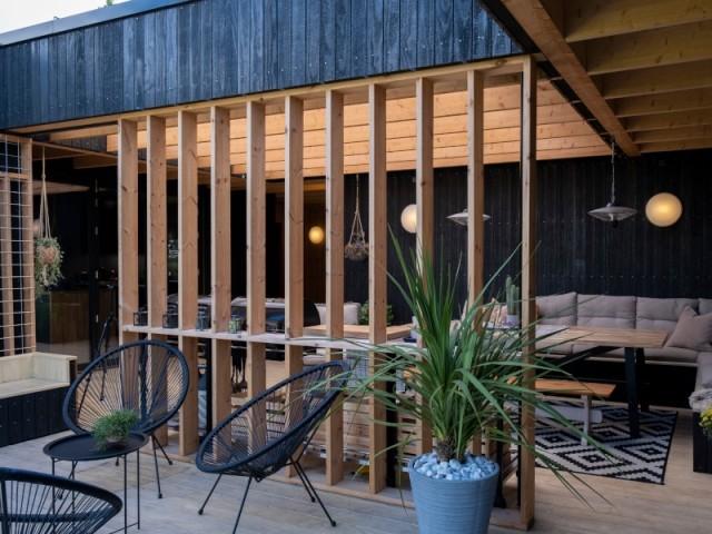 Un claustra de bois au centre du patio