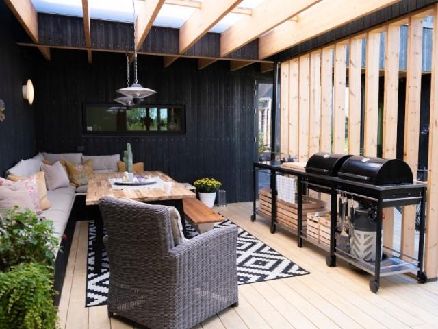 Un salon d'été enveloppé de bois