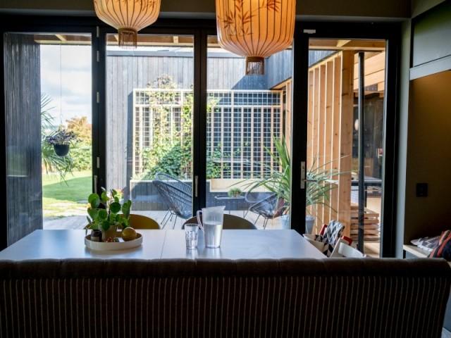 Une salle à manger avec vue sur le patio