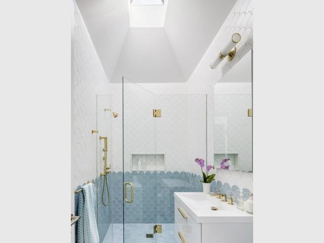 Une salle de bains aux tons doux pour la jeune fille