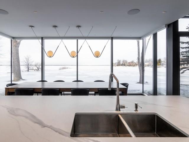 Une cuisine comme suspendue sur le lac
