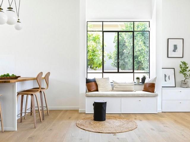 Un petit salon dans l'encadrement de la fenêtre