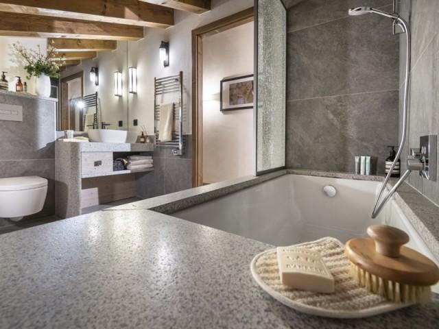 De vastes salles de bains au confort grand luxe