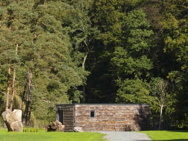 Une cabane en bois en pleine nature