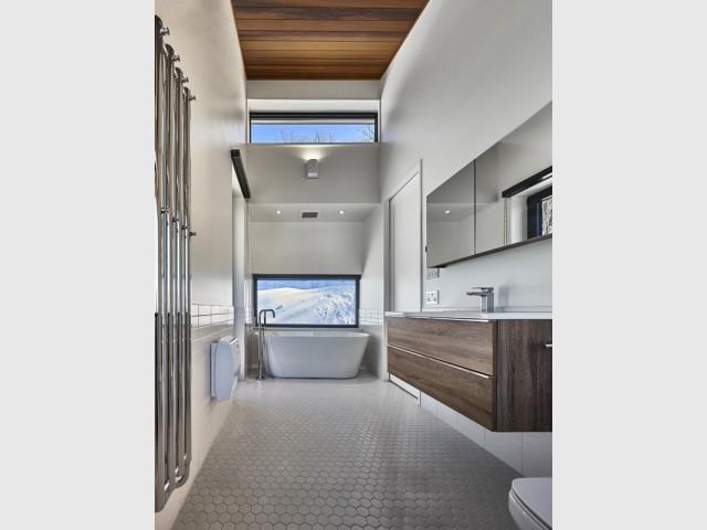 Une salle de bains avec vue sur la montagne