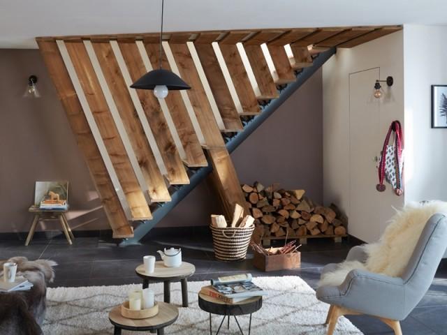 Des lames de bois pour habiller l'escalier