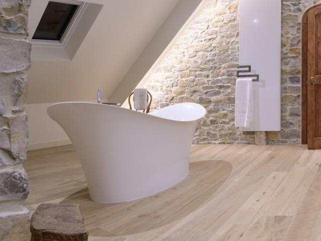 De vastes baignoires îlot dans chaque salle de bains