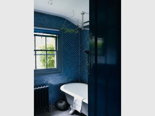 Des zelliges sur les murs de la salle de bains