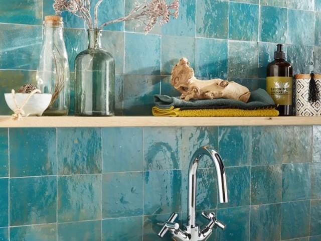 Des zelliges verts dans la salle de bains