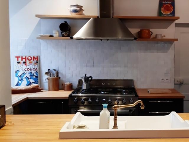 Des zelliges blancs dans la cuisine