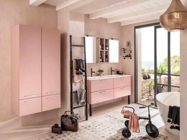 Une salle de bains toute rose