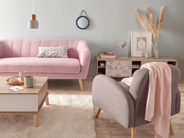 Un canapé rose dans le salon