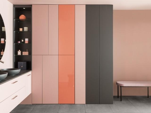 Des meubles roses dans la salle de bains