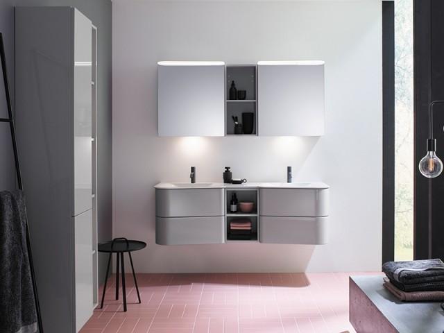 Un carrelage rose dans la salle de bains
