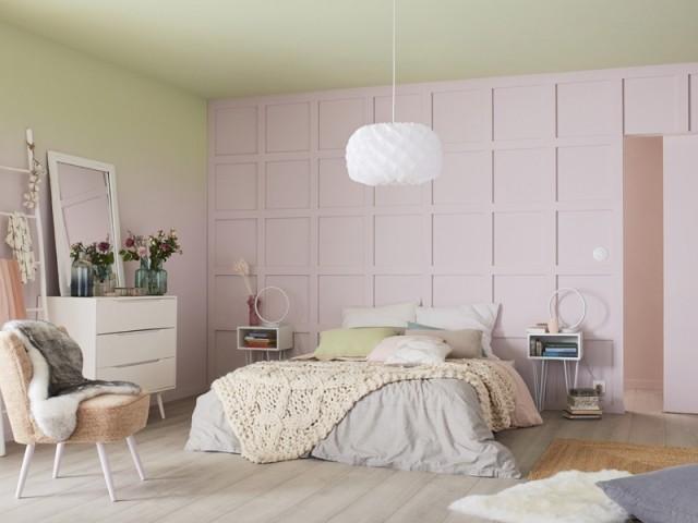 Un mur rose pâle dans la chambre
