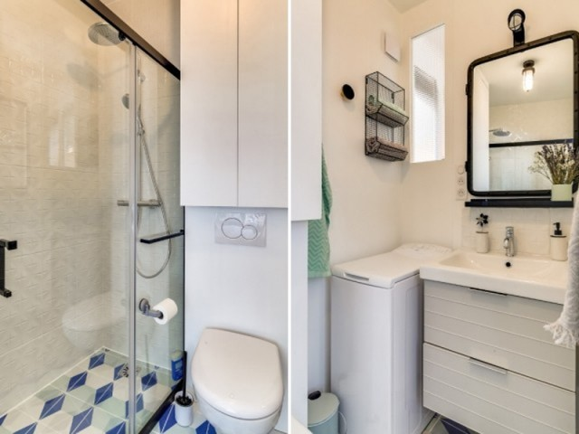Une petite salle de bains biscornue optimisée