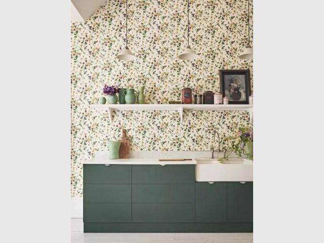 Du papier peint fleuri pour un esprit champêtre dans la cuisine