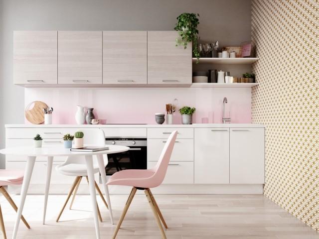 Du papier peint à motif géométrique pour dynamiser la cuisine