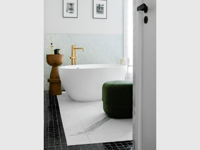 Zellige et carrelage effet marbre dans la salle de bains
