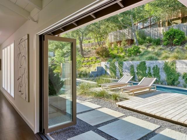 Un couloir de nage le long de la maison